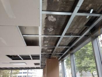 Neue Unterkonstruktion nach der Entfernung der alten Gipskartondecke; Einhängen der neuen Gipskartondecke und Spachtelarbeiten