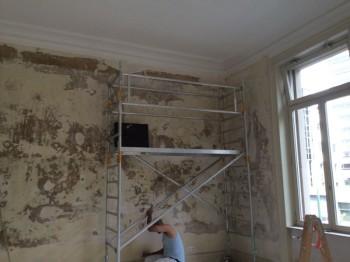 Nach der Entfernung der alten Tapeten und des schadhaften Oberputzes