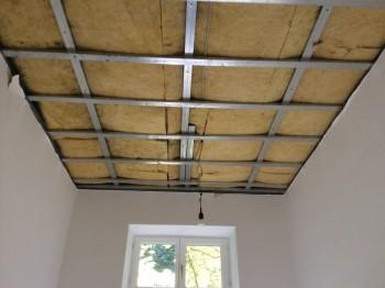 Neue Decke mit Metallunterkonstruktion und Dämmung