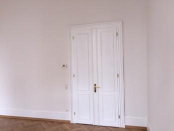 Türen und Sockelleisten nach der Aufarbeitung (vorbehandelt, gespachtelt und lackiert), Wände nach der Fertigstellung (gespachtelt, verputzt, Malervlies tapeziert und gestrichen)