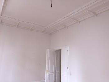 Wände und Decke nach der Fertigstellung (verputzt, tapeziert und gestrichen)