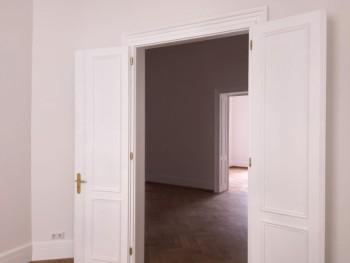Überarbeitete Doppelflügeltüren, vorbehandelt und lackiert