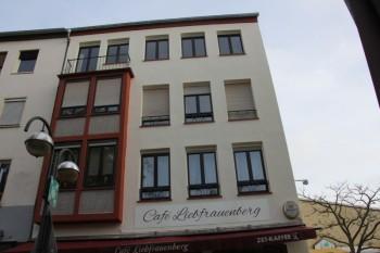 Gestrichene Fassade mit farblich abgesetzten Fensterumrandungen und einem ebenfalls abgesetzten Dachgesims