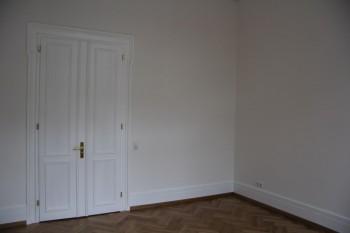 Flügeltür nach der Aufarbeitung, Wände und Sockelleisten nach der Fertigstellung aller Maler- und Lackierarbeiten im Frankfurter Westend