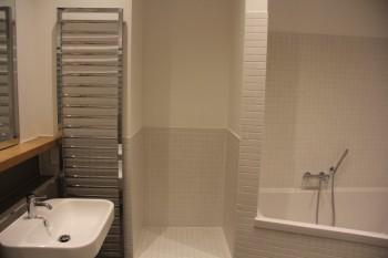 Wände im Bad nach den Fliesenarbeiten neu verputzt, mit Malervlies tapeziert und gestrichen