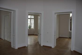 Blick aus dem Entree in die einzelnen Räume nach Abschluss aller Maler- und Lackierarbeiten; zu sehen ist auch die komplett lackierte Balkontür