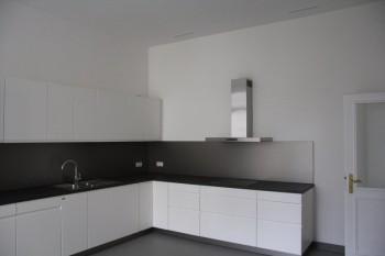 Gespachtelte Decken und Wände in der Küche, mit Malervlies tapeziert; vorbehandelte und lackierte Küchentür