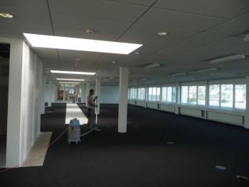 der-neue-teppichboden-ist-vollstaendig-im-raum-verlegt-und-die-waende-teilweise-gestrichen