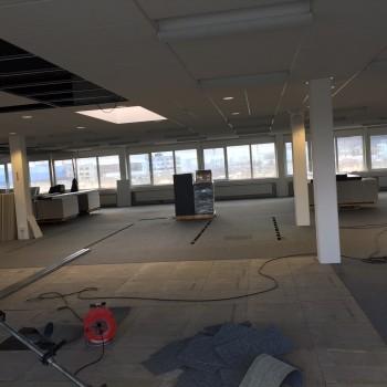 waehrend-den-arbeiten-der-teppichboden-ist-schon-zur-haelfte-verlegt